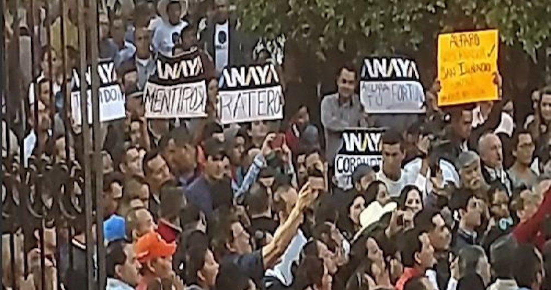 """Decenas de personas protestaron con pancartas en las que acusaban a Ricardo Anaya de """"mentiroso"""", """"traidor"""", """"corrupto"""" y """"ratero""""."""