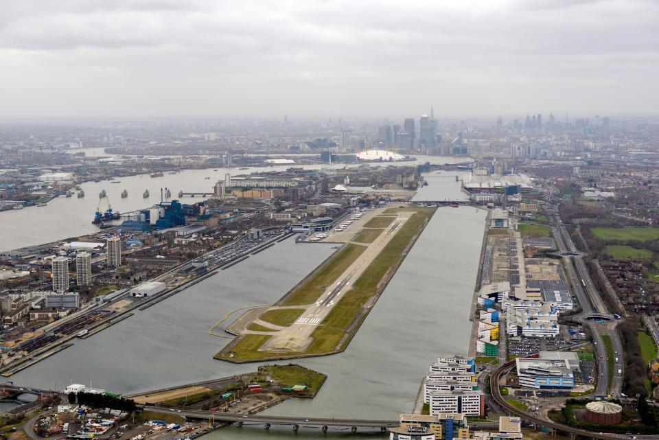 Cierran el aeropuerto de Londres tras ser encontrada una bomba de la Segunda Guerra Mundial en el Támesis.