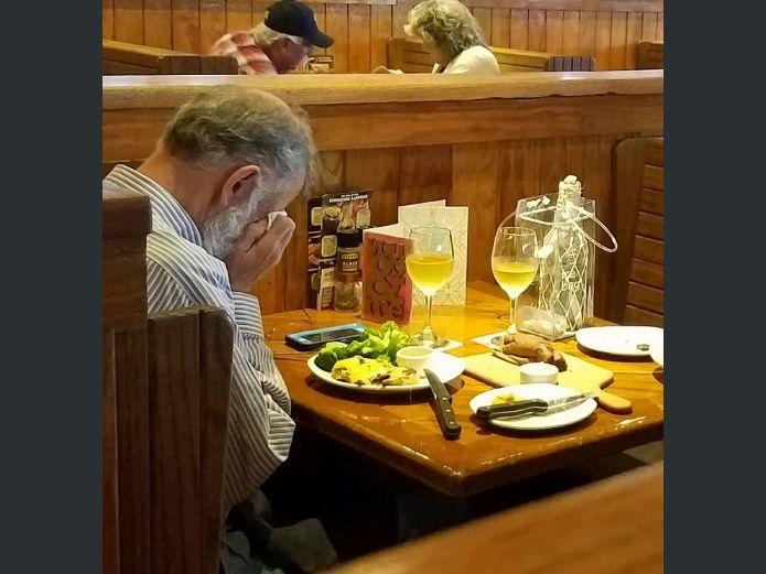 En un restaurante y luego de haber cenado el hombre cubrió su rostro con una servilleta y comenzó a llorar de manera desconsolada.