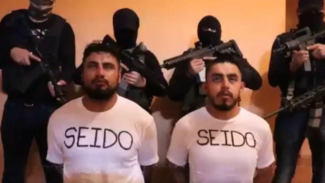 En días anteriores , a través de redes sociales circuló un video en donde se observa a los dos agentes criticar los operativos que el gobierno federal realiza contra la delincuencia.