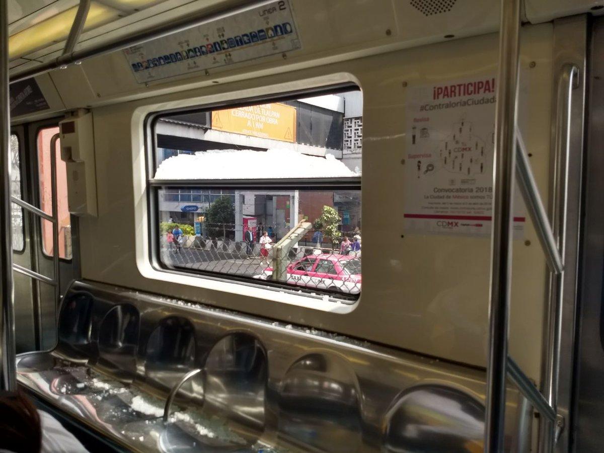 Foto: Rompen vidrio de vagón en Metro Nativitas/Twitter @tavojeda5