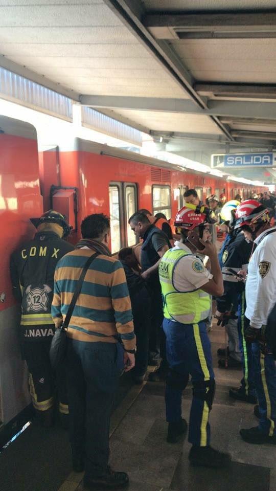 foto: Invidente cae a vías del Metro Xola/Twitter @tritonazteca11