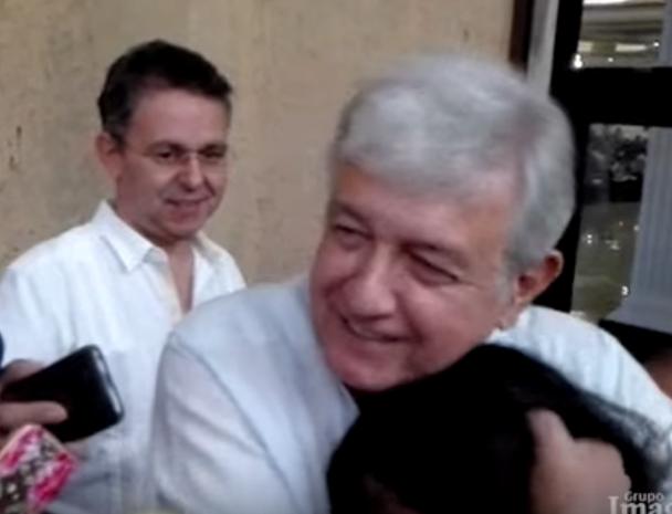 En una acción sorpresiva López Obrador ayudó a reportera que cayó y la abrazó. Foto: YouTube