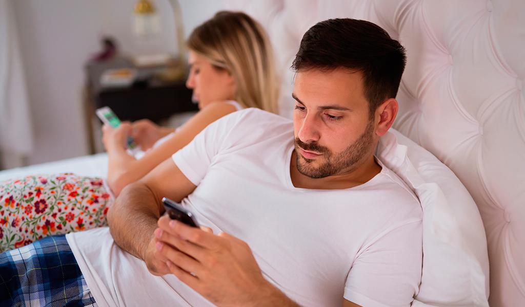 El celular también puede ser un causante de no compartir tiempo juntos. (Foto: Kienyke)