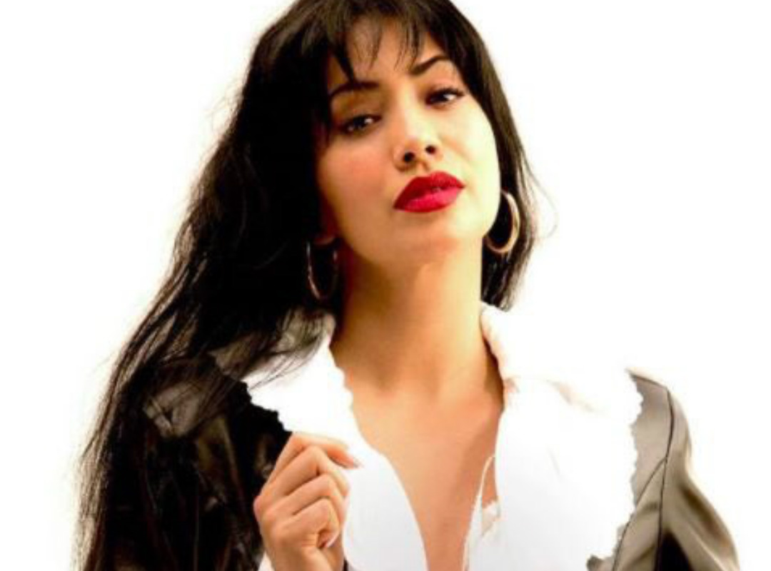 Foto: Maya Zapata como Selena / Twitter @DocumentalLGBT