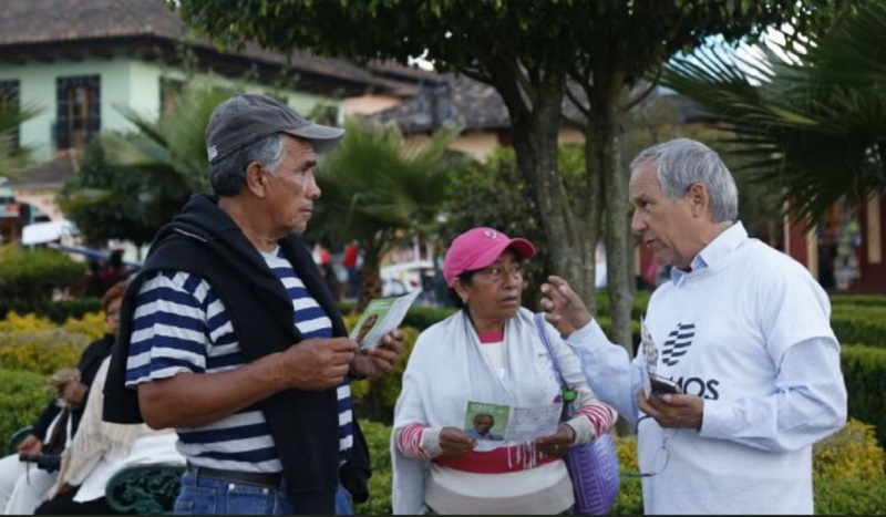 Enrique Cárdenas, aspirante a candidato independiente para gobernador en Puebla en recolección de firmas.