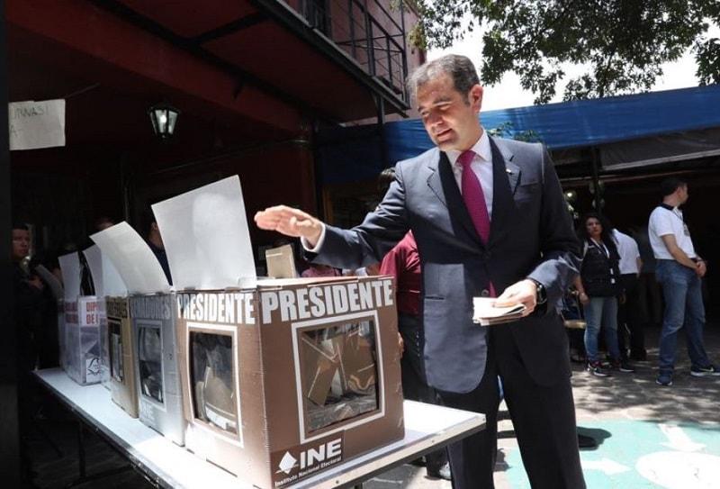 Lorenzo Córdova, presidente Consejero del Instituto Nacional Electoral, ejerciendo su voto.