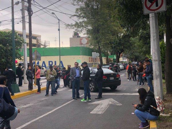 Padres se manifiestan ante demolición del Colegio Rébsamen Foto: Twitter W Radio México