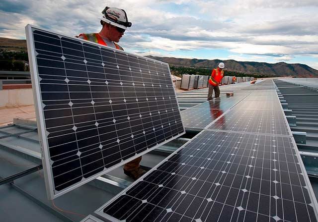 En EU, el 84% de las compañías que instalan paneles solares dicen batallar para encontrar personal calificado