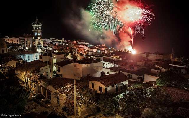 Espectáculo de fuegos artificiales en Puerto Vallarta, México. Foto: Santiago Almada / algunos derechos reservados.