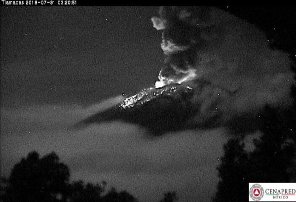 Registro de actividad explosiva del Volcán Popocatépetl esta madrugada Foto: Twitter Dr. Carlos Valdes, Director General del Centro Nacional de Prevención de Desastres