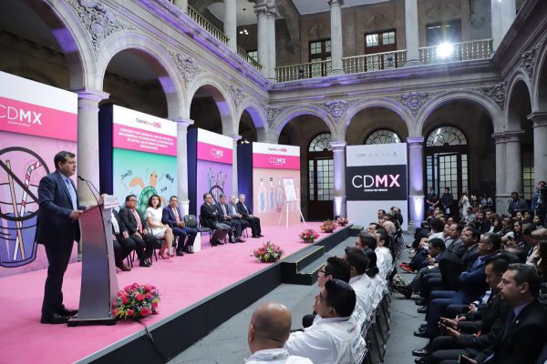 José Ramón Amieva en la firma de convenio para prohibir uso de popotes en la CDMX Foto: Twitter Gobierno de la CDMX @GobCDMX
