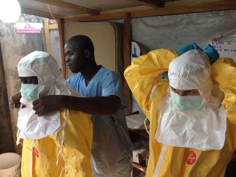 Profesionales médicos tratando casos de ébola en Guinea Foto: flickr.com