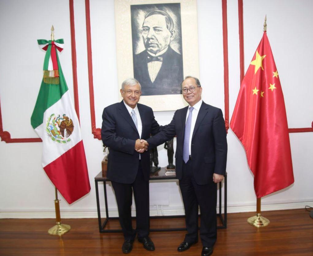 Obrador recibió en su casa de campaña al embajador chino, Qiu Xiaoqi.