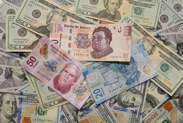 En la primera mitad de agosto el dólar ha subido 56 centavos, una depreciación del peso de 3%