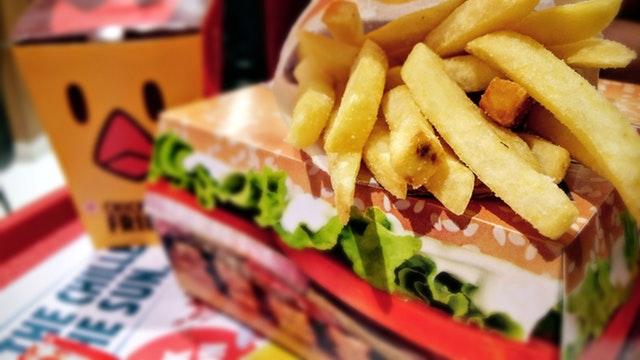 El sector de restaurantes de servicio completo también ha visto una tendencia a la baja en la variación anual de sus ingresos
