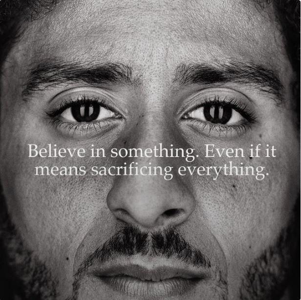 La nueva campaña de Nike tiene como imagen al primer jugador en arrodillarse durante el himno nacional norteamericano a manera de protesta por el racismo.