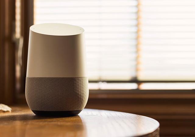 Desde televisores hasta cámaras de seguridad, Google y Amazon apuntan a que sus asistentes virtuales estén integrados a la mayoría de los dispositivos hogareños (Foto: NDB Photos)