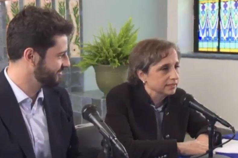 Juan Aguirre, de grupo Radio Centro, junto con Carmen Aristegui en conferencia de prensa.