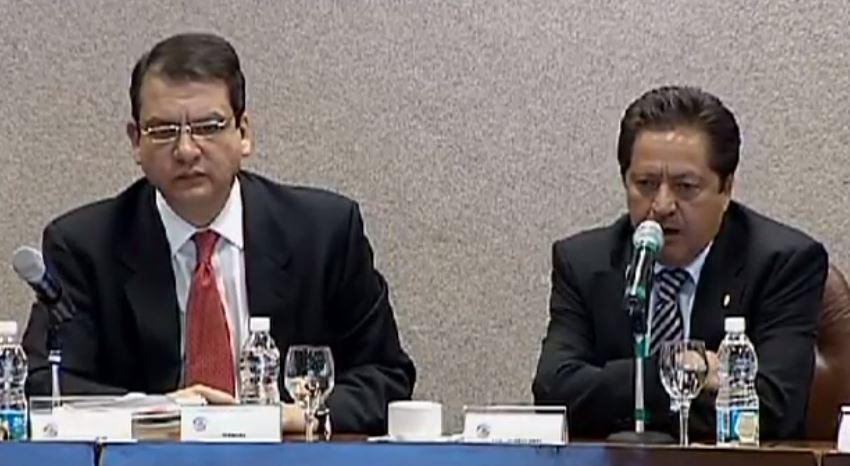 A la izquierda, Manuel Ramos Francia, durante su ratificación en 2011 como Subgobernador del Banco de México.