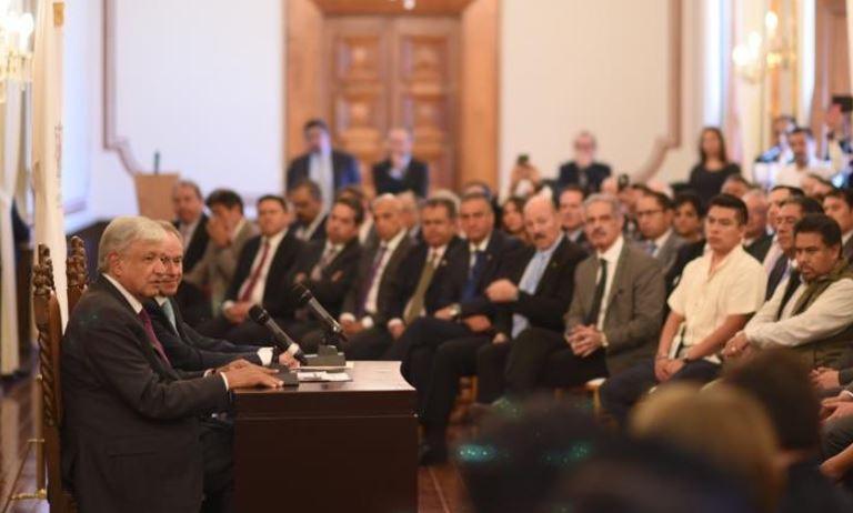 Obrador en reunión con funcionarios públicos en San Luis Potosí.