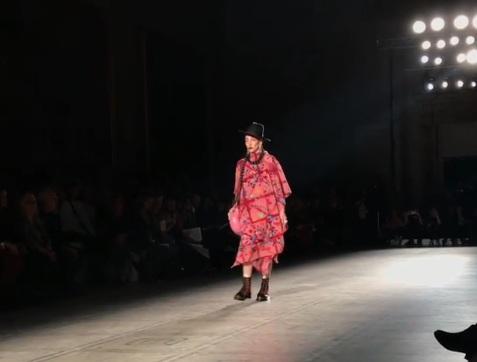 Poncho teñido a mano con grana cochinilla y bordada presentado en la pasarela de Carla Fernandez en el Fashion in Motion. (Foto: Instagram @carlafernandezmx).