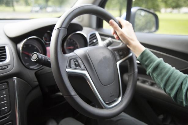De acuerdo con expertos, incluso los autos que tengan un sistema de asistencia avanzado, necesitarán de automovilistas atentos (Foto Creative Commons).