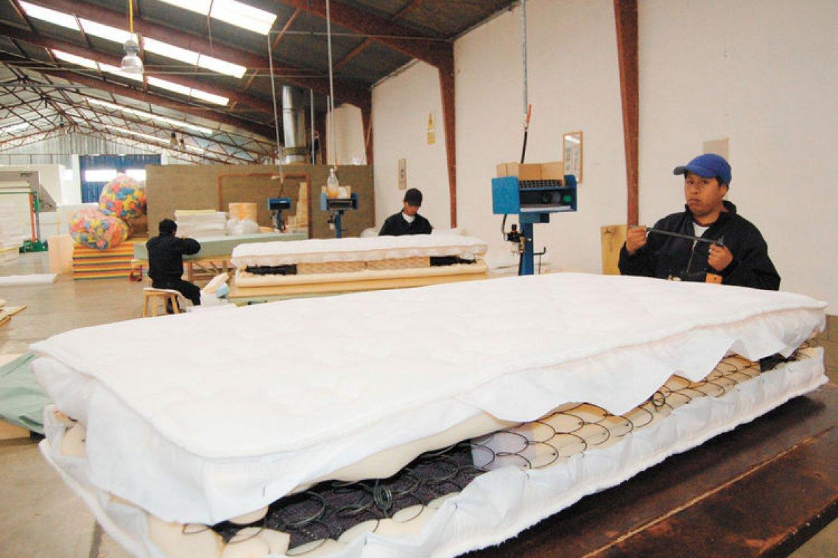 Una caída de 5.1% sufrieron los salarios y prestaciones de los obreros en fábricas de colchones.