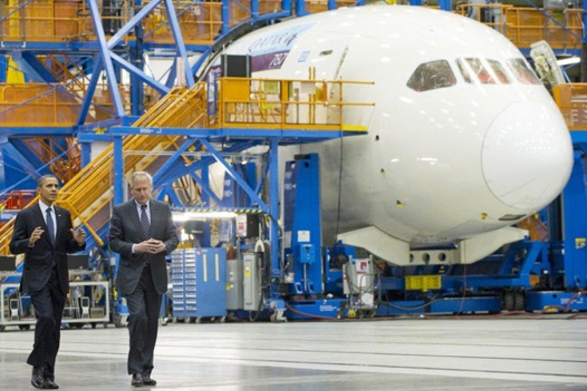 Boeing ha sido una de las más beneficiadas con el repunte del sector; en la imagen el presidente Barack Obama durante una visita a la compañía en 2012.