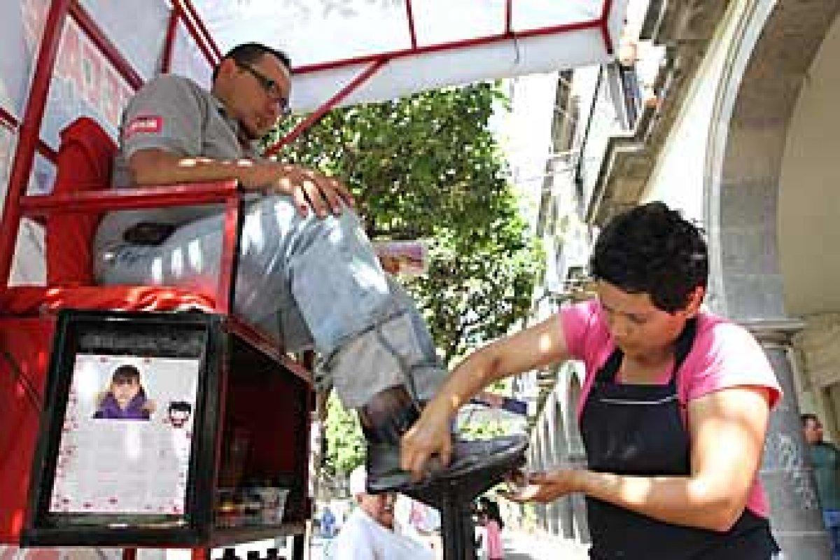 Uno de los gastos hormiga más recurrentes es bolear los zapatos en la calle.