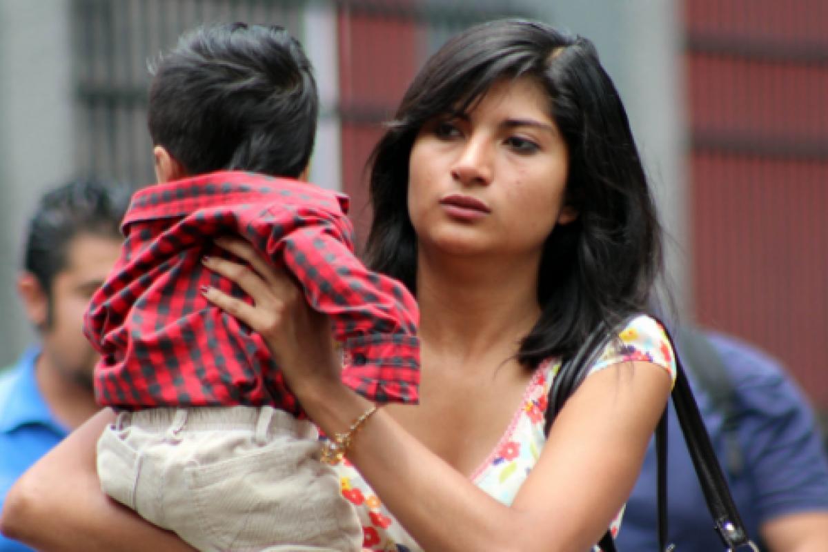 En México, el 63% de las mujeres económicamente activas viven con menos de tres salarios mínimos.
