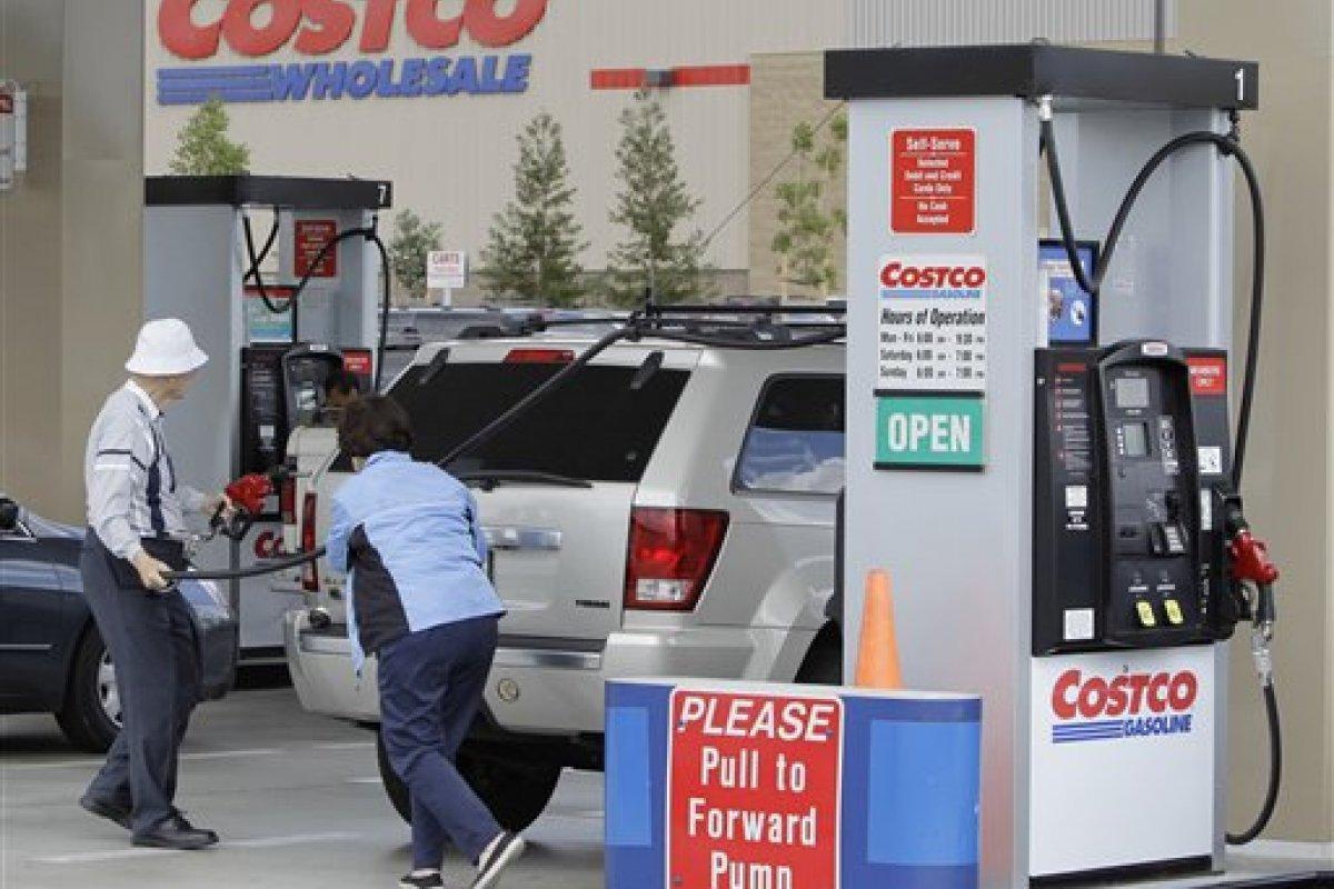 Aunque las ventas al menudeo avanzaron por primera vez desde hace tres meses, lo hicieron con debilidad, es la venta de gasolina barata la que está aliviando el bolsillos de los estadounidenses, dicen analistas.