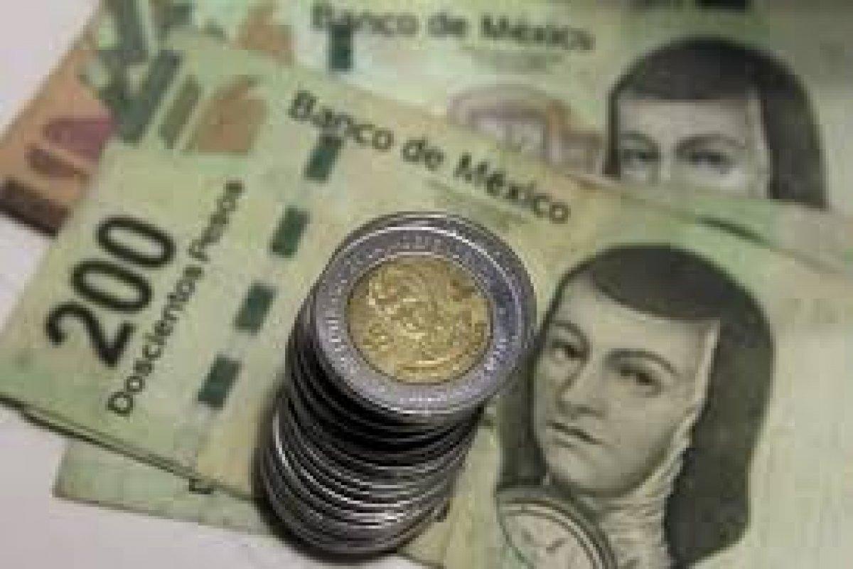 El peso mexicano se vende al menudeo en 16.18 pesos por dólar al cierre en las casas de cambio