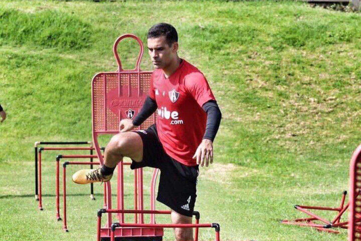 El futbolista y el cantante fueron vinculados con Raul Flores Hernández, 'El tío'
