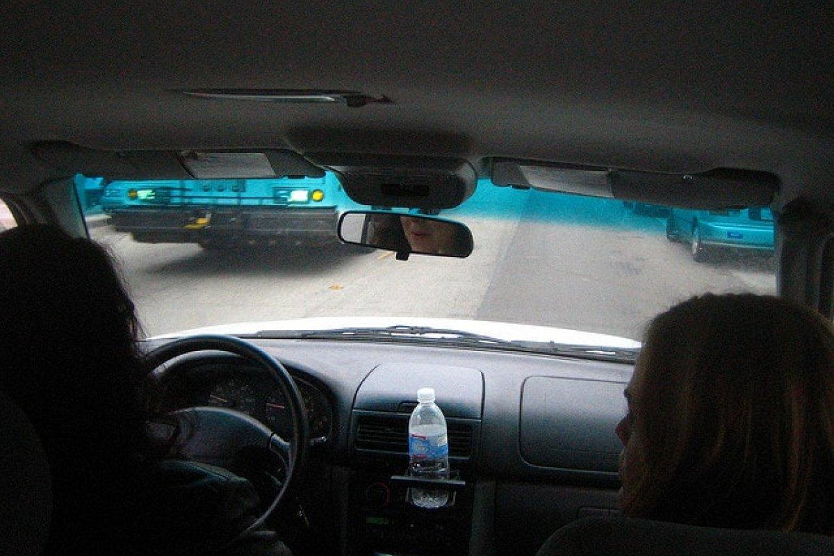 En California, los vehículos con dos o más pasajeros cuentan con un carril único para librar el tráfico.