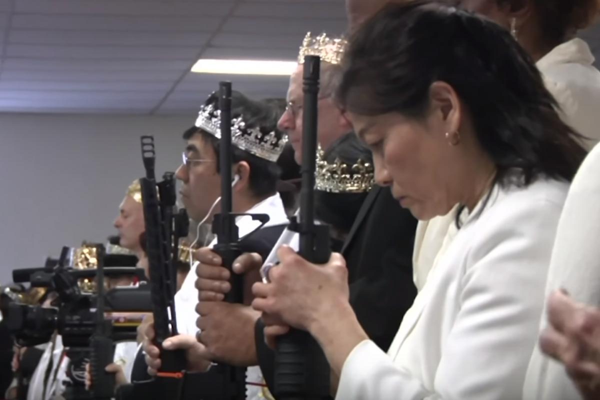 La ceremonia incluyó una cena de agradecimiento al Presidente Trump y bendiciones a los rifles AR-15. Foto: youTube