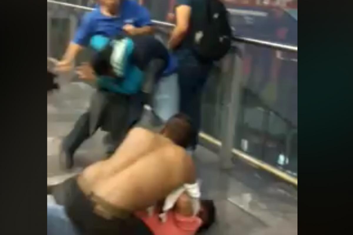 Varios hombres fueron captados en una pelea en medio del andén de estación de la línea 12 del Metro. Foto: Facebook