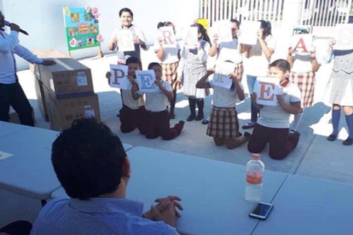 Autoridades escolares hicieron que niños agradecieran donación de diputado hincados y bajo el sol.