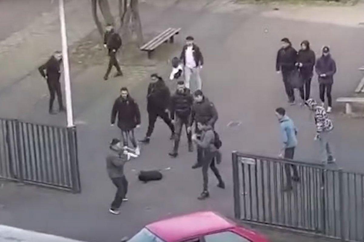 Estudiantes enfrentan a hombre armado. Foto: Captura de Pantalla/Youtube