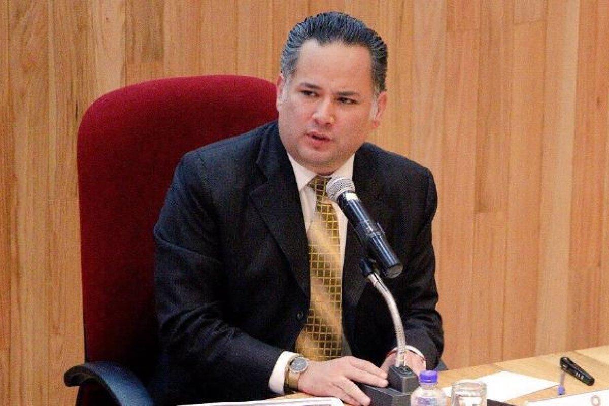 De acuerdo con Santiago Nieto, el gobierno federal lo intentó sobornar y al no poder lo amenazaron por mensajes y espiaron.