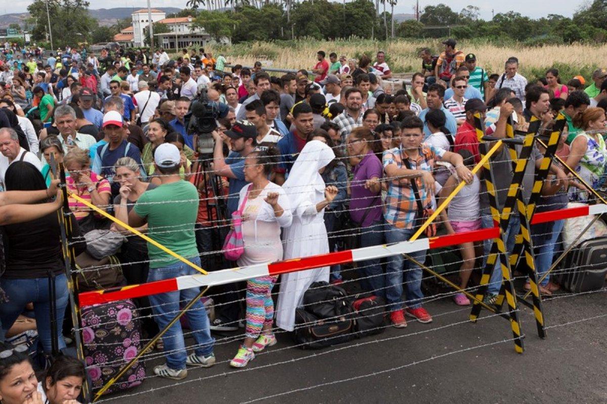Venezolanos saliendo de su frontera. Foto: Amnistía Internacional.