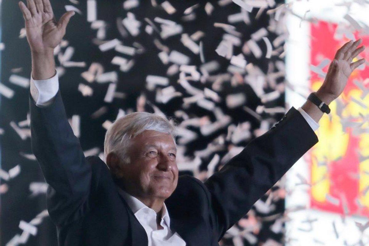 López Obrador en el evento de cierre de su campaña en el estadio Azteca (Foto de la cuenta de Twitter de Beatriz Gutiérrez Müller)