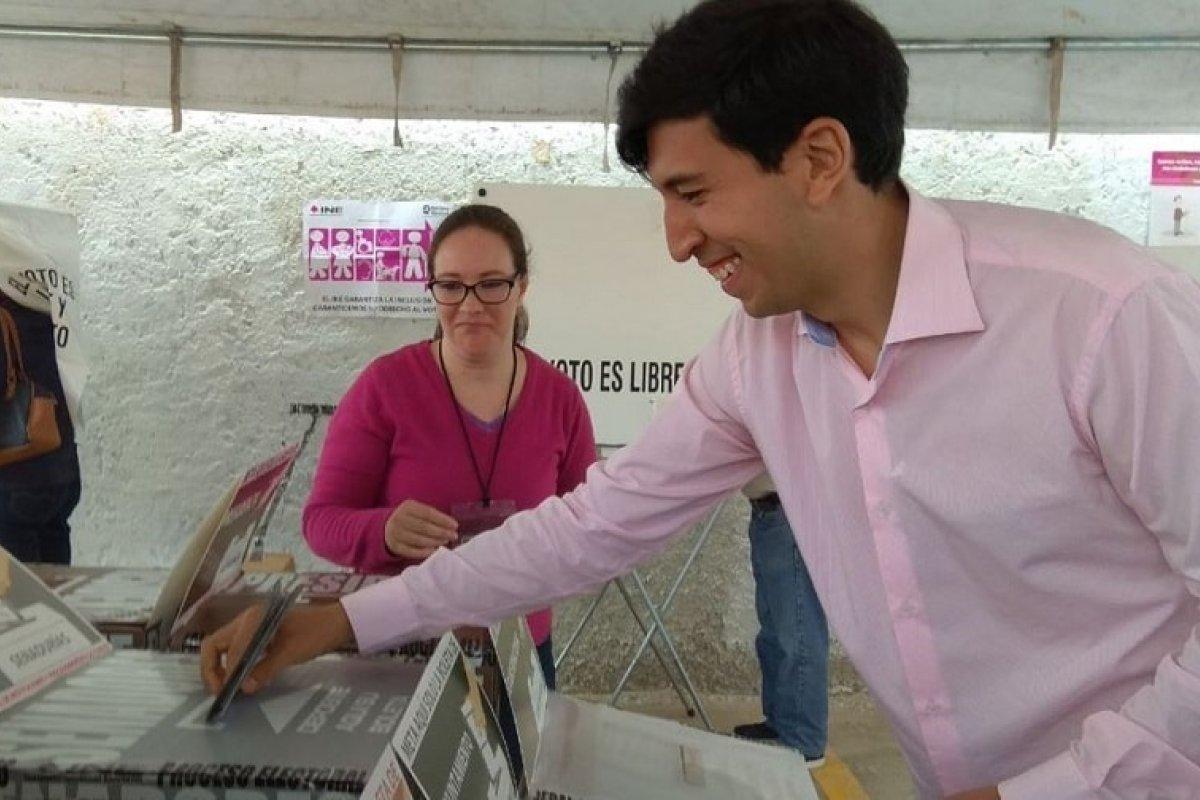 Pedro Kumamoto, candidato al Senado de manera independiente, ejerciendo su voto.