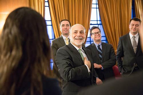 El nuevo secretario de hacienda puede compararse con Ben Bernanke, quien salvó los mercados de la crisis de 2008 y era un desconocido que venía de la academia.
